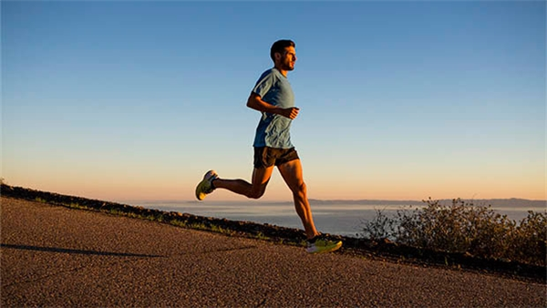 Để tránh xốc hông khi chạy bộ, cố gắng thở ra khi chân trái chạm đất, từ đó giảm áp lực lên gan.