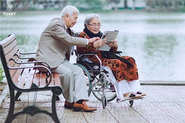 Vì tuổi cao nên bàHânphải ngồi xe lăn.