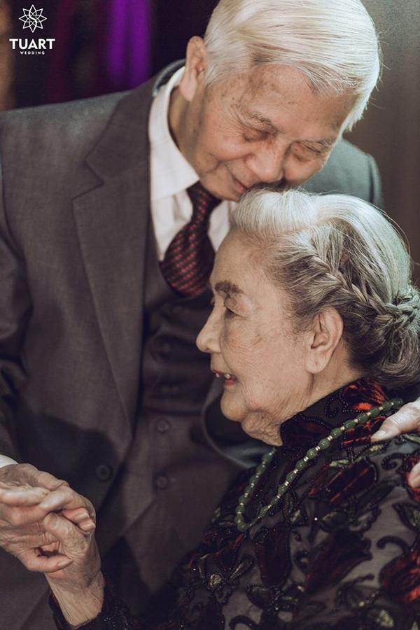 Cái nắm tay lúc tuổi chiều tà ấm áp và bình yên biết bao.