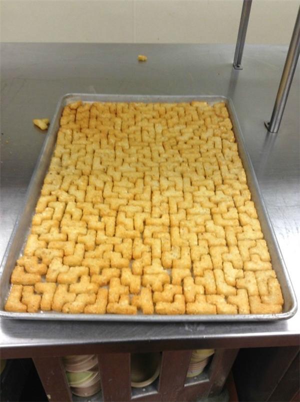 Bánh không dùng để ăn mà còn được tận dụng để xếp hình.