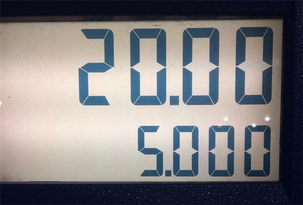 """Một cảm giác """"thỏa mãn"""" xâm lấn tâm hồn khi bạn đổ xăng có số tiền và số lít tròn trĩnh thế này."""