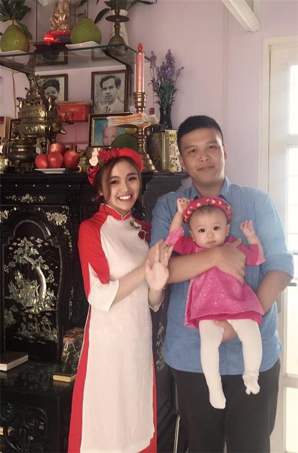 Gia đình Nhật Hạ vui vẻ bên người thân trong dịp Tết Nguyên đán 2017 vừa qua.
