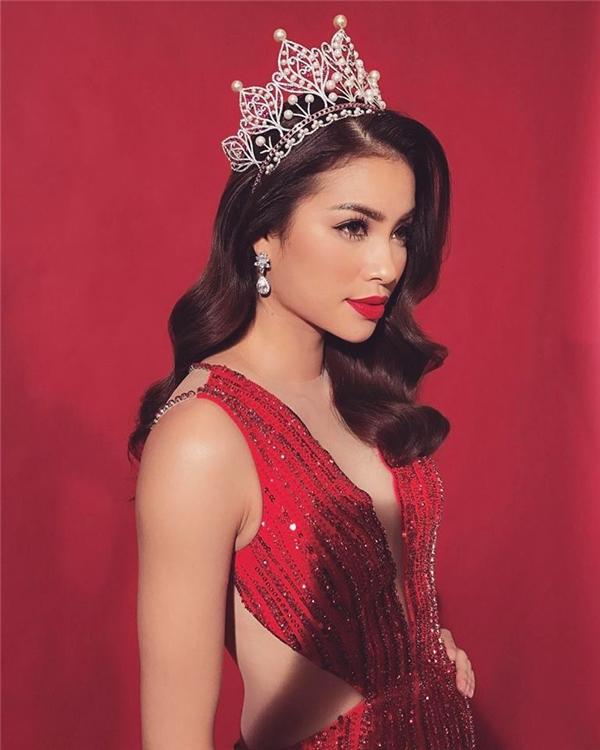 Trước đó, bộ cánh này cũng từng được Phạm Hương diện trong một buổi chụp ảnh quảng cáo. Hoa hậu Hoàn vũ Việt Nam 2015 cuốn hút với sắc son đỏ đồng điệu cùng mái tóc xoăn bồng bềnh quyến rũ.