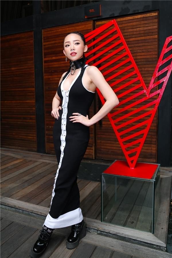 Một chiếc váy đỏ cũng đủ khiến mỹ nhân Việt rộn ràng