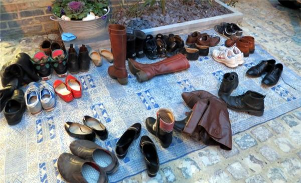 Thường xuyên vứt dép giày trước cửa sẽ ảnh hưởng đến tài vận của gia chủ.(Ảnh minh họa, nguồn: Internet)