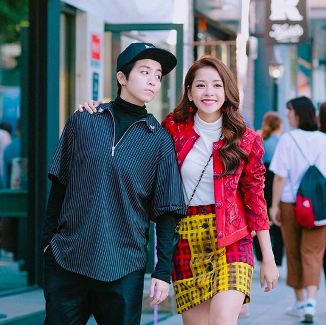 Chi Pu nổi bật trên đường phố với chiếc áo khoác Moschino có giá lên đến 46 triệu đồng.