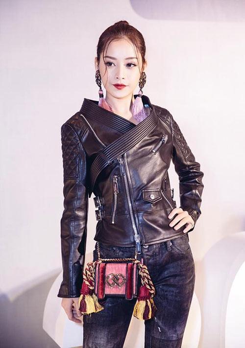 Bộ trang phục hiện đại, cá tính của Chi Pu thêm phần độc đáo nhờchiếc túi Dsquared2 có màu sắc tươi vui, trẻ trung.