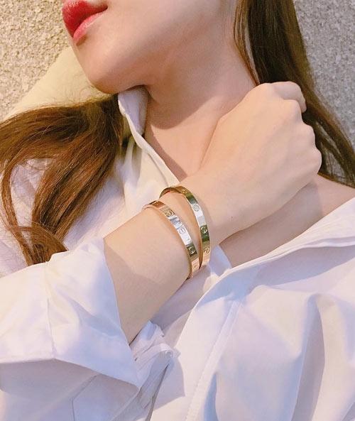 """Chi Pu khiến các tín đồ thời trang bị """"choáng"""" khi mang một lúc 2 chiếc vòng tay Cartier """"Love"""" có giá 6.600 USD (khoảng 150 triệu đồng/chiếc)."""