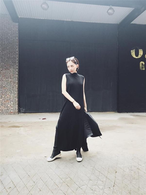 Sắc đen cá tính, trầm mặc cũng là lựa chọn của Tóc Tiên. Cô nàng kết hợp lạ mắt giữa quần bó sát hiện đại cùng áo phom rộng xẻ tà.