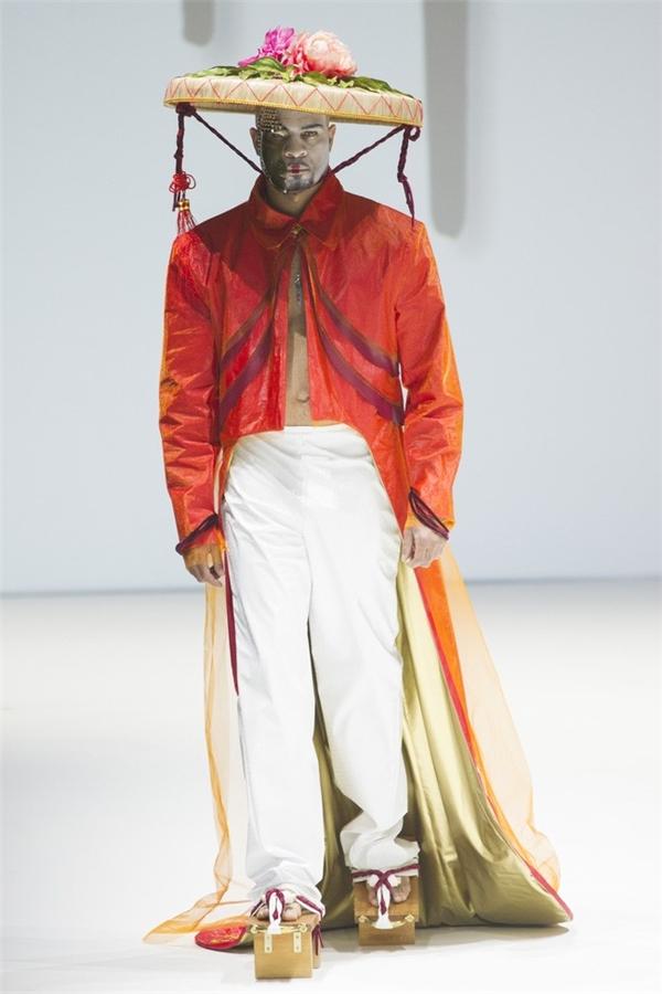 Nón quai thao, mấn áo dài bất ngờ xuất hiện trên sàn diễn quốc tế