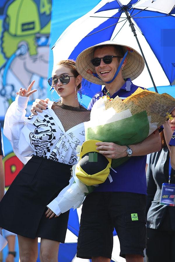 """Minh Hằng cho biết: """"Được gặp gỡ và giao lưu với Rossi và Vinales là cơ hội may mắn của Hằng. Rossi được rất nhiều các bạn trẻ Việt Nam biết đến vì anh là tay đua số 1 thế giới cùng với 9 lần vô địch Grand Prix. - Tin sao Viet - Tin tuc sao Viet - Scandal sao Viet - Tin tuc cua Sao - Tin cua Sao"""