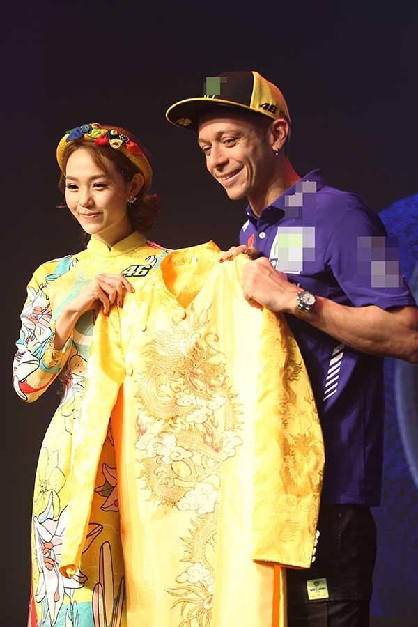 Không chỉ vậy, Minh Hằng còn đích thân trao tặng chiếc áo dài truyền thống với hoạ tiết rồng vàng cho tay đua 9 lần vô địch giải Grand Prix là Valentino Rossi. - Tin sao Viet - Tin tuc sao Viet - Scandal sao Viet - Tin tuc cua Sao - Tin cua Sao