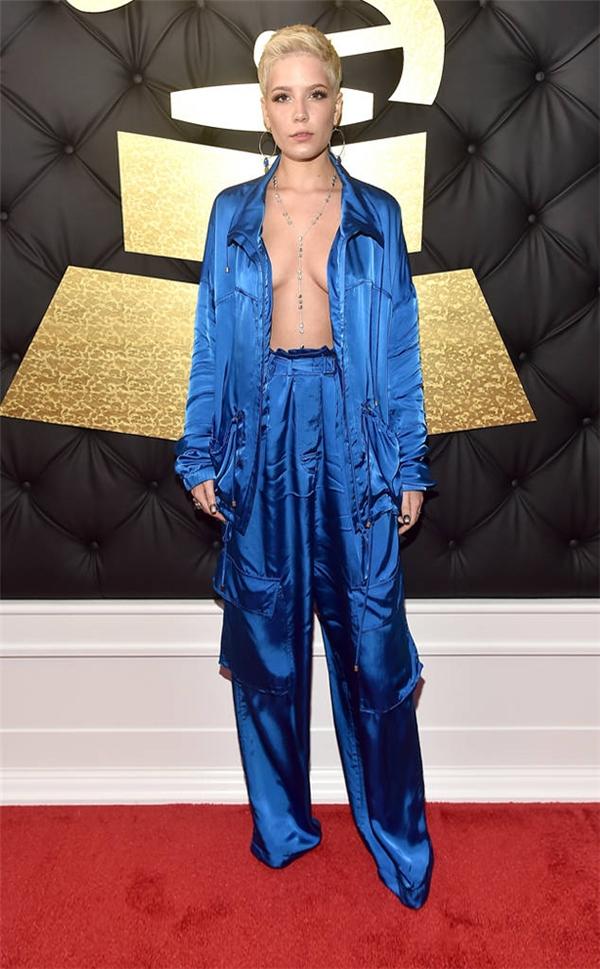 Halsey để vòng một hờ hững trong bộ trang phục màu xanh cobant. Nhiều người nhận xét cô như mặc vội đồ ngủ để đi dự tiệc.