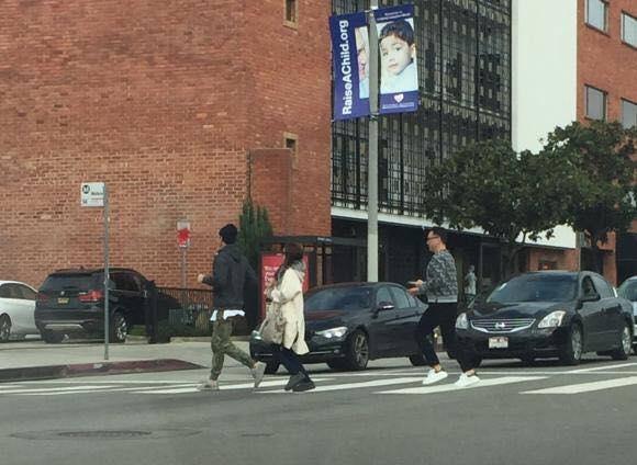 Hình ảnh Rain và Kim Tae Hee trên đường phố Los Angeles ngày 8/2.