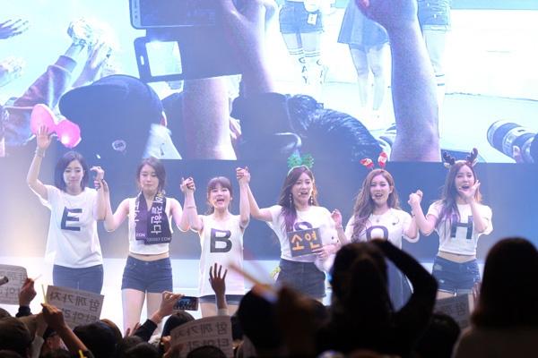 """Cũng tại chính concert này, fan đã gửi đến nhóm một đoạn video kèm thông điệp, """"Dù cho điều tốt hay xấu có xảy ra đi chăng nữa, chúng tôi vẫn luôn luôn ở bên và dõi theo T-ara. Vì vậy, hãy cứ tiếp tục bước đi nhé!""""."""