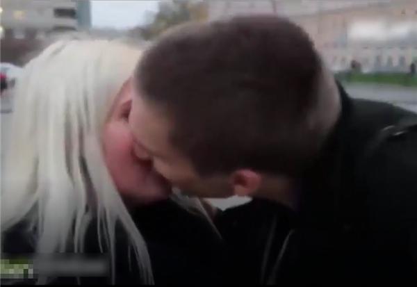 Thậm chí cả những nụ hôn ngọt ngào.