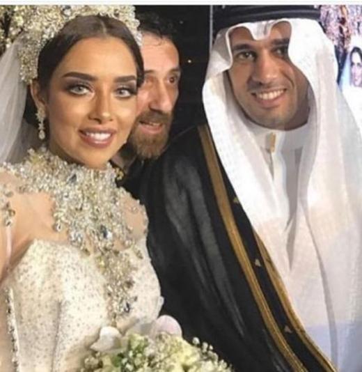 Cô dâu khiến quan khách choáng váng với độ xa hoa trên trang phục cưới của mình.