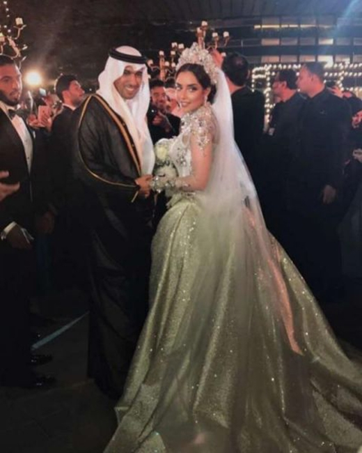 Choáng với tỷ phú Dubai tặng vợ váy cưới đính 24.000 viên kim cương