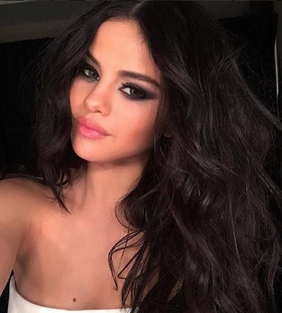 Nữ ca sĩ trông gợi cảm hơn với đôi môi mới.