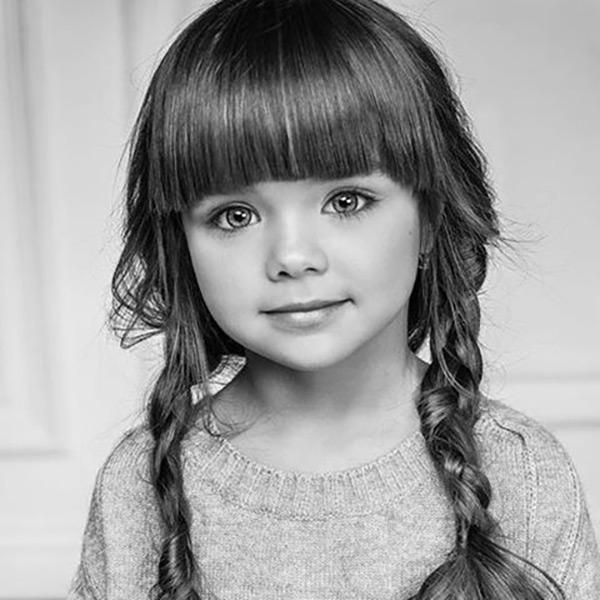 Búp bê 6 tuổi người Nga gây sốt MXH với đôi mắt xanh biết nói
