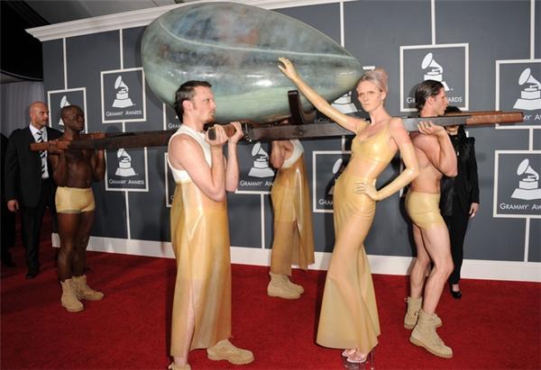 Không chỉ diện khác người, Lady Gaga còn gây sốc cả khi xuất hiện. Tiêu biểu là lần cô nằm trong một cáitrứng và được người khác khiêng trên thảm đỏ.