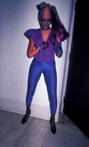 Các nhà sản xuất phim siêu nhân có lẽ nên học hỏi bộ cánh trên thảm đỏ Grammy 1987 của Grace Jones.