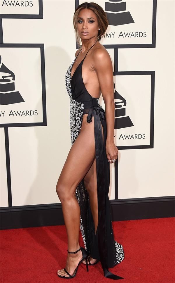 Ciara có lẽ phải đi đứng cẩn thận khi diện bộ váy này nhỉ?