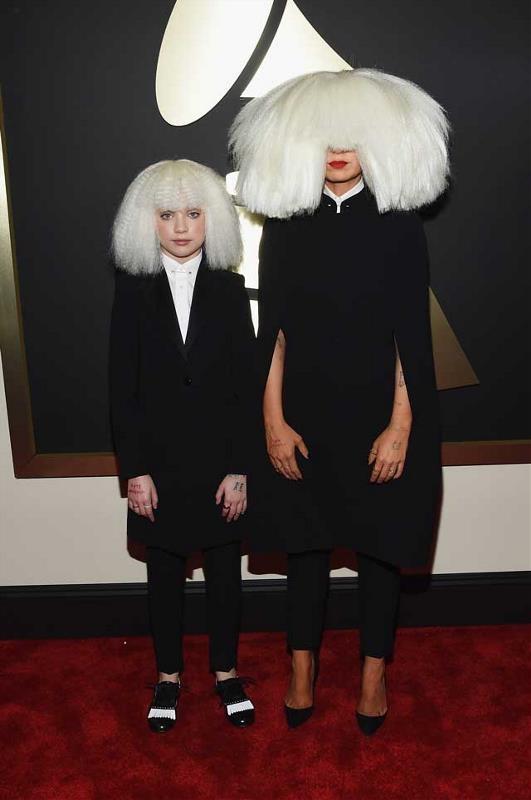 Sia luôn khiến người ta phải ngoái nhìn mỗi lần xuất hiện, không chỉ vì giọng hát trời phú của cô mà còn ở những bộ cánh kì lạ thế này.