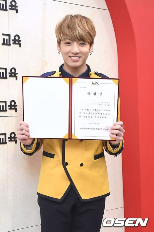 Cậu útBTS Jungkook khoe tấm bằng ngày tốt nghiệp tại SOPA.