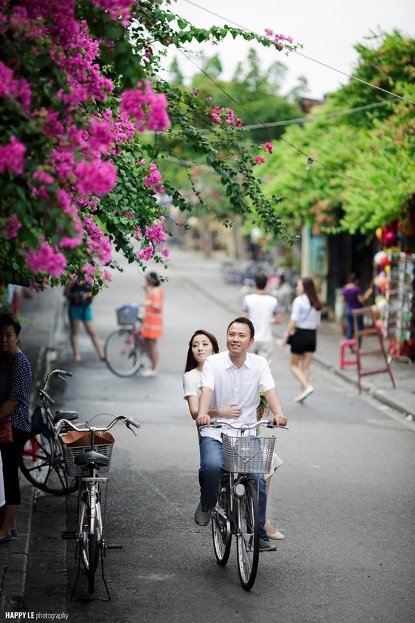 Yêu sự lãng mạn, nên thơ và trữ tình thì nhất định bạn phải tới Hội An. Cùng nhau đạp chiếc xe đạp thong dong ngắm phố cổ dưới ánh chiều tà thì còn gì hạnh phúc hơn.