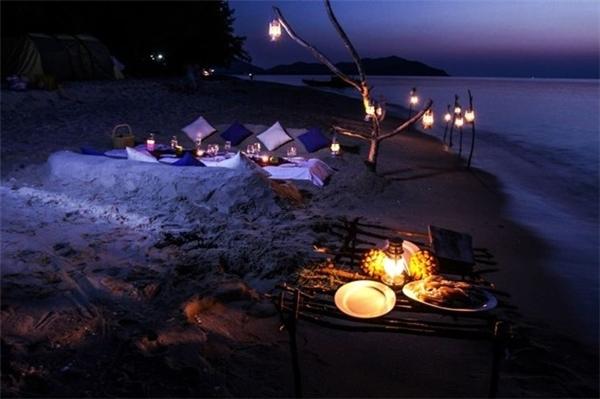 Là biển xanh, là cát trắng là những căn nhà gỗ sát ven biển, là những ánh đèn lung linh trong đêm tối tại Cô Tô. Bạn hình dung xem, cùng người mình yêu ngồi bêntrên chiếc bàn ăn vớinến lung linh, dưới chân là nước biển, sóng vỗ rì rào... còn gì có thể nên thơ hơn thế?