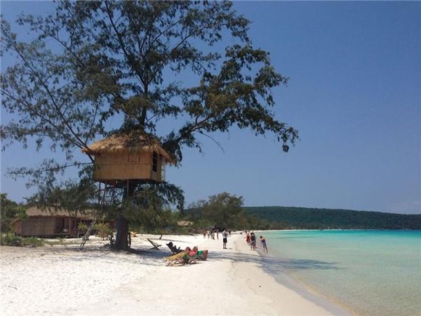 Koh Rong Samloem là một trong những hòn đảo siêu đẹp củaCampuchia. Không những vậy, Koh Rong Samloem còn được mệnh danh là thiên đường giá rẻ vì tất cả chi phí đi lại, ăn uống, ngủ nghỉ tạiđây vô cùng hợp lí. Cùng nằm dài trong căn nhà gỗ nhỏ ven biển hay trên cây, ngắm nhìn biển xanh, cát trắng, nắng vàng và tạm quên đi tất cả bộn bề của cuộc sống, thìcòn gì thi vị hơn?