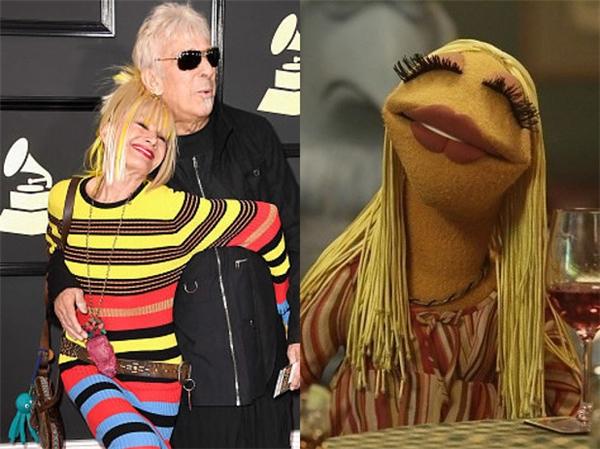 Betsey Johnson lại giống nhất cô rối Janice the Muppet ở nụ cười tít hết cả mắt.
