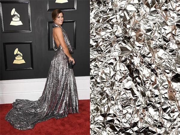 Cassadee Pope có vẻ như đang có khá dư giấy bạc ở nhà nên đã lôi chúng ra làm đầm dạ hội. Tuy nhiên không thể phủ định rằng chế cũng nổi nhất nhì đêm nay.