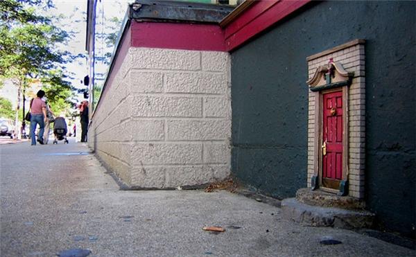 Những cánh cửa thần tiên bé xíu này rải rác khắp thành phố.