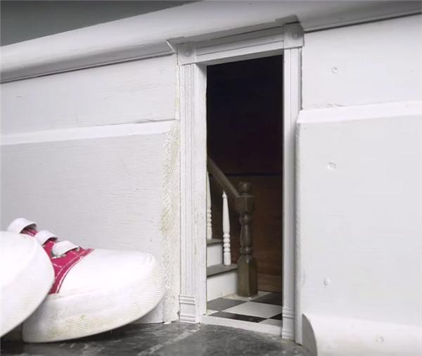 """""""Khoảng năm 1993 hay cỡ đó, chúng tôi phát hiện có một cánh cửa bé xíu ngay trước nhà""""."""