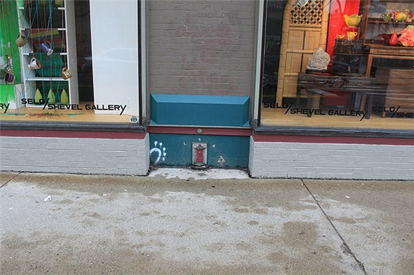 Bên trong cánh cửa là một chiếc cầu thang dẫn đến một cánh cửa nữa và luôn khóa.