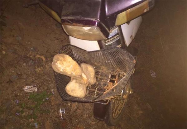 Trên giỏ xe của nam thanh niên vẫn còn nhiều hòn đá chưa kịp sử dụng.