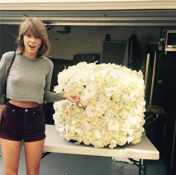 #10 -Taylor Swift khoe bó hoa được kẻ thù không đội trời chungKanye West tặng(2.6 triệu).
