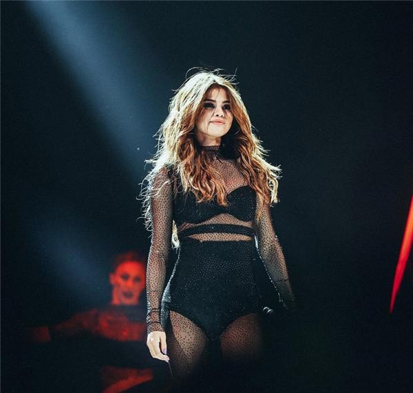 #8 -Selena Gomez đứng trên sân khấu trong đêm diễn thuộc Revival Tour (3.3 triệu).