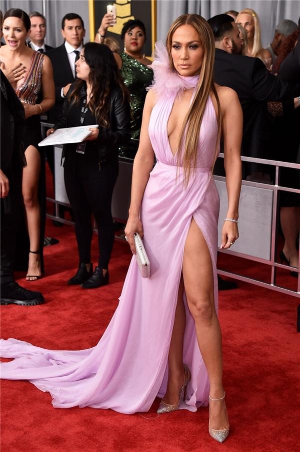 Jennifer Lopez diện bộ váy màu hồng tím ngọt ngào với điểm nhấn là đường xẻ tà, xẻ ngực sâu. Chất liệu mềm mại, nhẹ nhàng tôn lên nét quyến rũ của nữ ca sĩ danh giá.