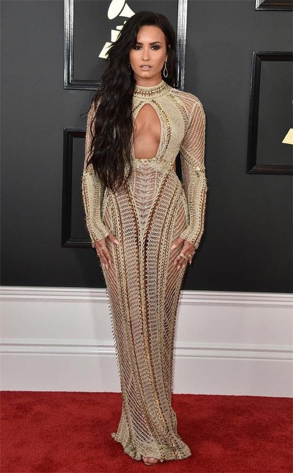 Demi Lovato cuốn hút với bộ váy có khoảng hở tinh tế.