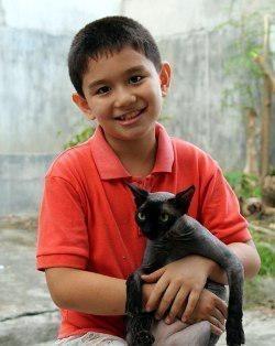 Ken Amante là một cậu bé 9 tuổi sống ở vùng quê của đất nước Philippines.