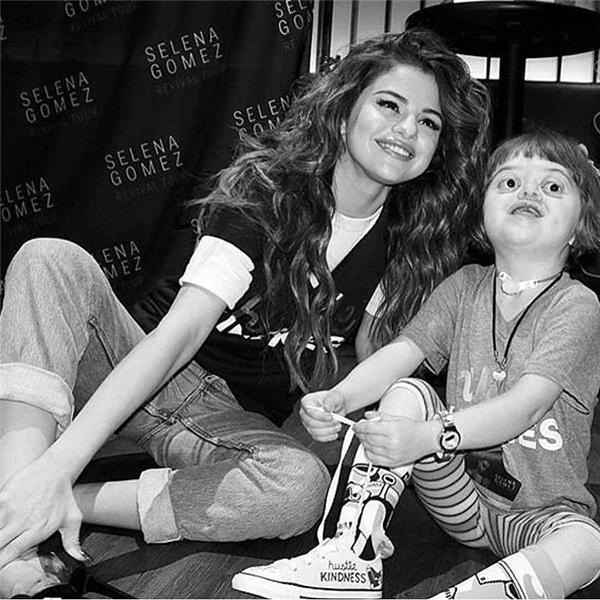 #3 - Selena gặp gỡ một fan nhí đặc biệt trong đêm lưu diễn (4.7 triệu).