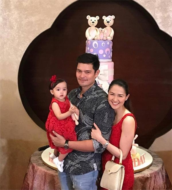 Zia là con gái đầu lòng của hai ngôi sao nổi tiếng hàng đầu Philippines Marian Rivera và Dingdong Dantes.