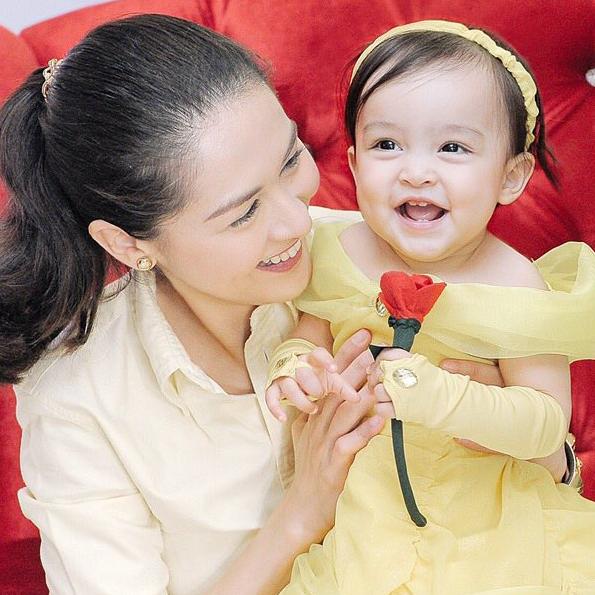 Sở hữu nhiều nét đẹp từ cha và mẹ, Zia hứa hẹn sẽ trở thành mĩ nhân trong tương lai.