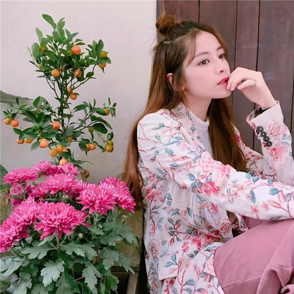 Chi Pu ngọt ngào, trẻ trung với sắc hồng kết hợp họa tiết hoa lá tươi vui, bắt mắt.