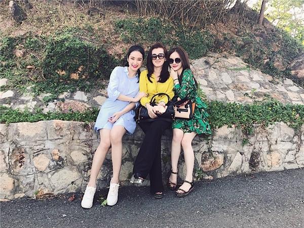 Angela Phương Trinh có chuyến du lịch đầu năm cùng với gia đình, bạn bè thân thiết vào cuối tuần qua. Nữ diễn viên như hòa hợp vào mây trời với trang phục màu xanh ngọt ngào, kiểu dáng thanh lịch, trẻ trung.