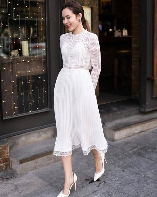 Lưu Hương Giang yêu kiều, trẻ trung với trang phục màu trắng có những khoảng hở vừa phải, tinh tế.