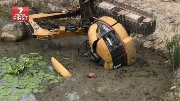 Chiếc xe nặng 3.5 tấn rơi xuống đầm lầy.